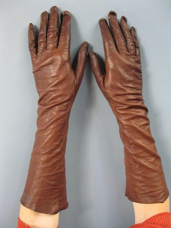 Dune succession, offrant, une dame qui aime ses gants ! Ces gants de cuir long fantastiques sont de peau de chevreau brun mince, acajou de papier,