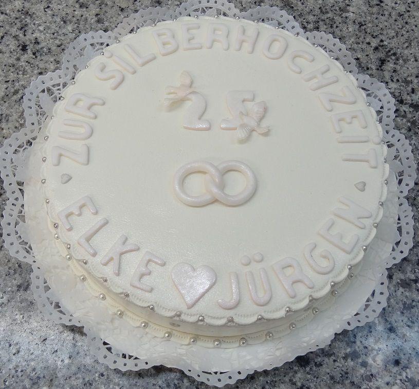 Torte zur silbernen Hochzeit mit weißem Marzipan eingeschlagen und dekoriert.