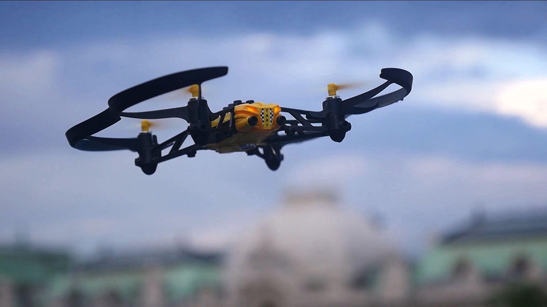 Parrot ha presentado sus nuevos minidrones, capaces de volar, correr, y desplazarse por el agua. Precios de entre 99 y 169 euros.