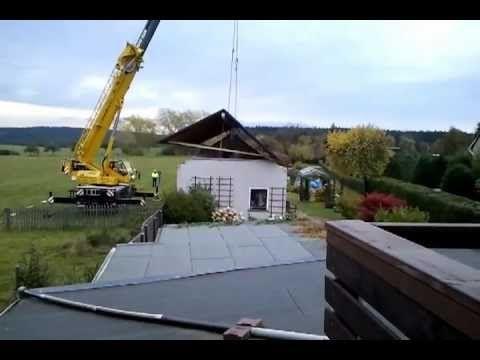 Ein Dach geht in die Luft