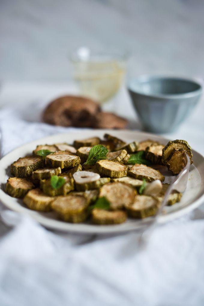 Courgettes frites légèrement vinaigrées, à la menthe, servies froides -  Zucchine alla Scapece