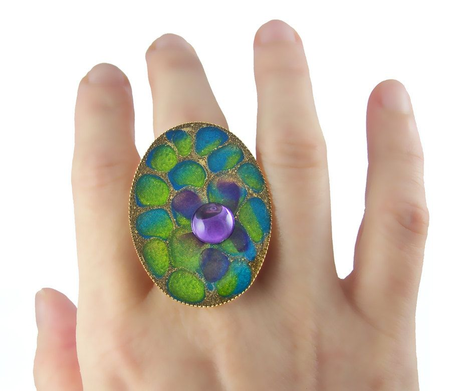 I need to start working in resin... this ring is *fabulous*.