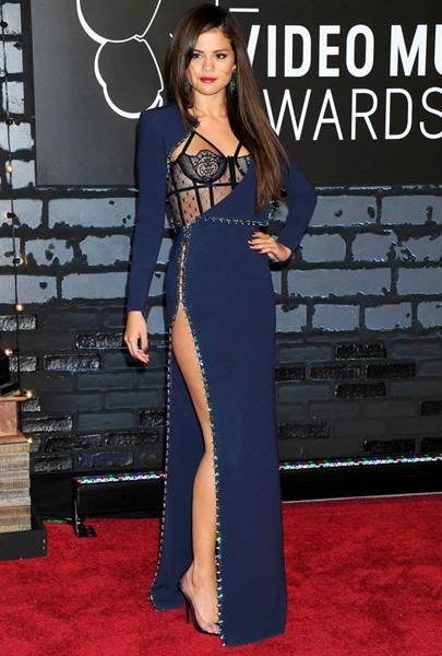 Селена гомез в платье от