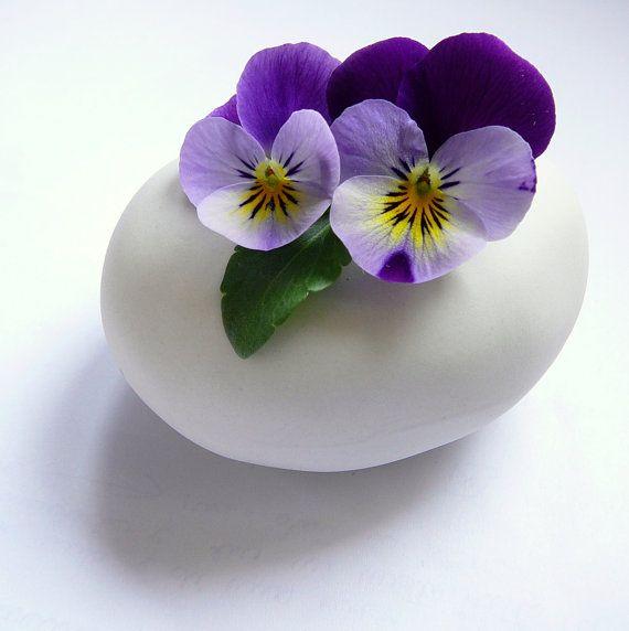 Egg shaped vase for spring flowers by Atelier Gilet on Etsy