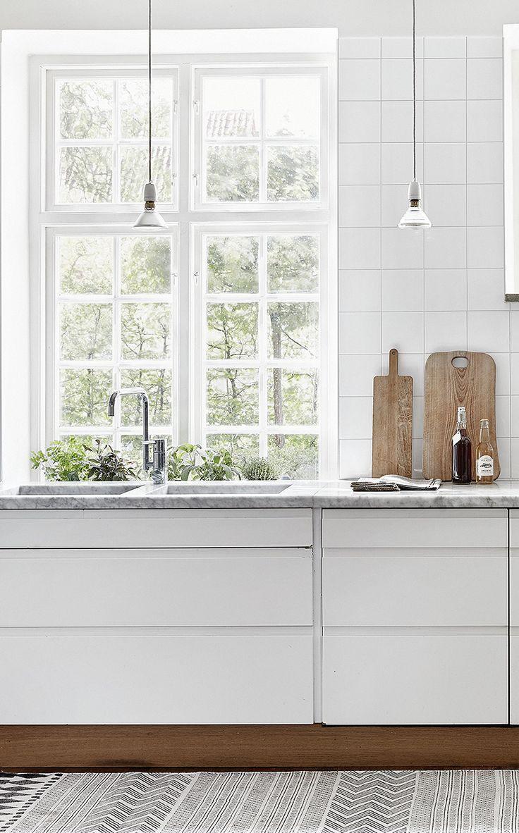 witte frontjes houten plint marmeren werkblad lampjes keuken