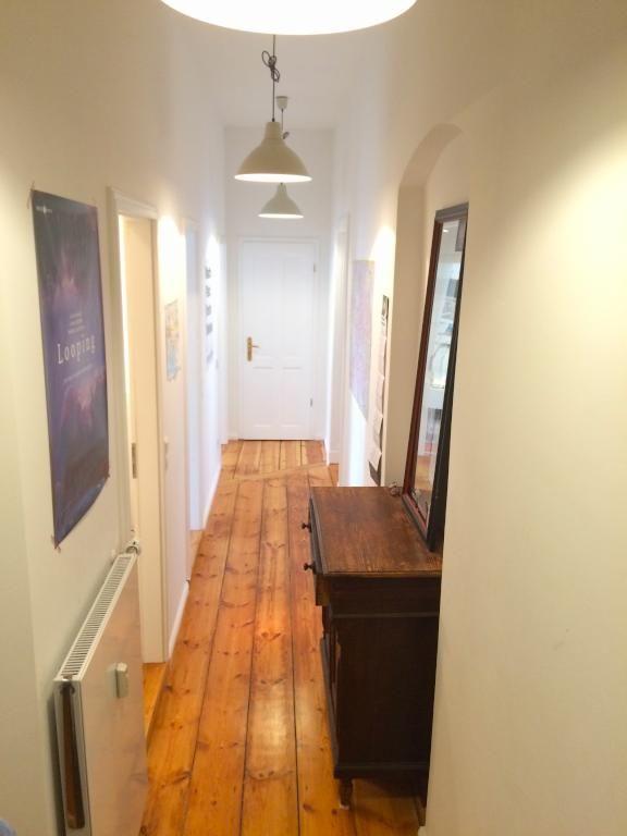 Schöner Altbauwohnungsflur mit Dielenboden und Komode in dunklem - gemutliches zuhause dielenboden