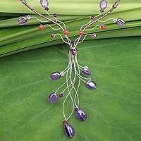 Un bello y femenino collar de amatistas que decora el escote.