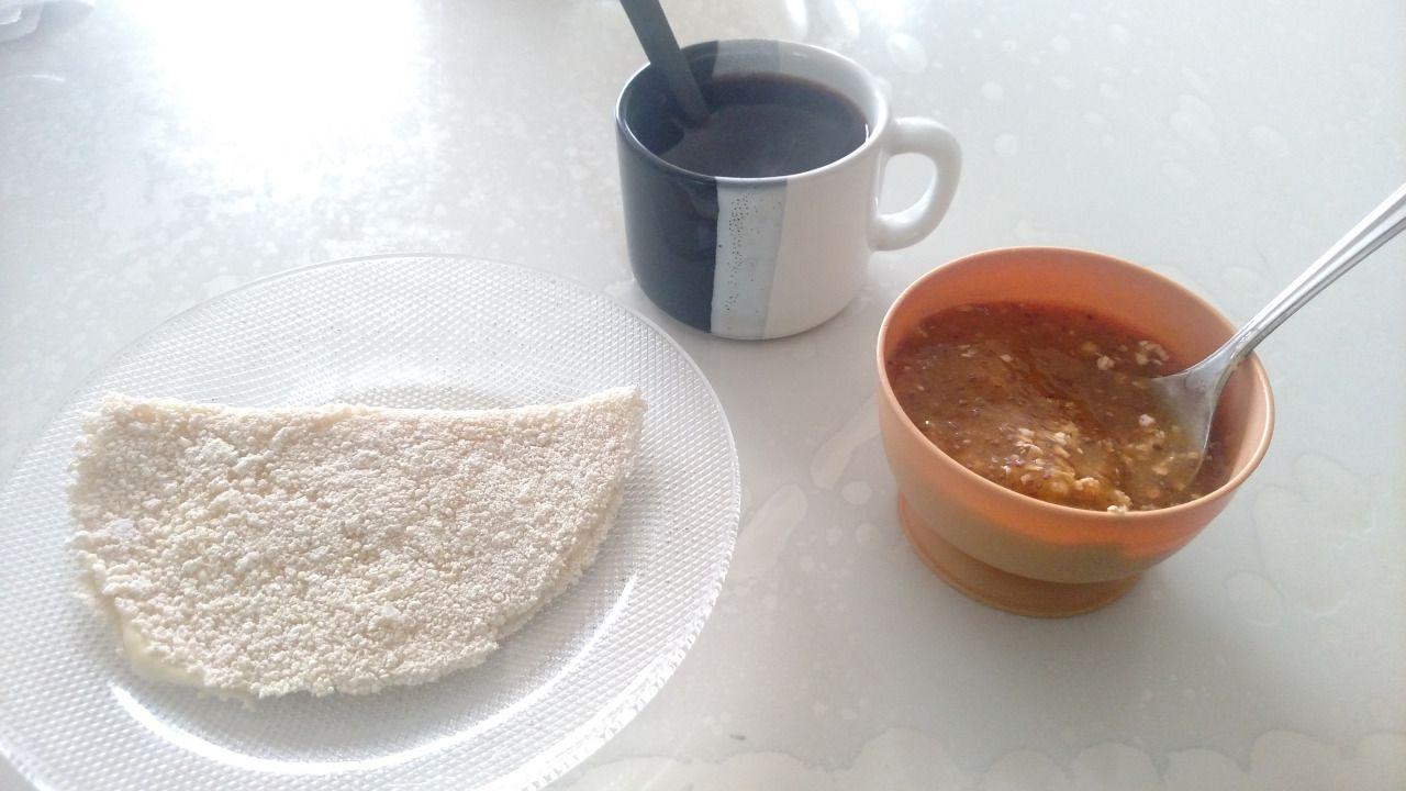 Manhã brasileira. Café preto, tapioca com requeijão e smoothie de manga com chia e aveia