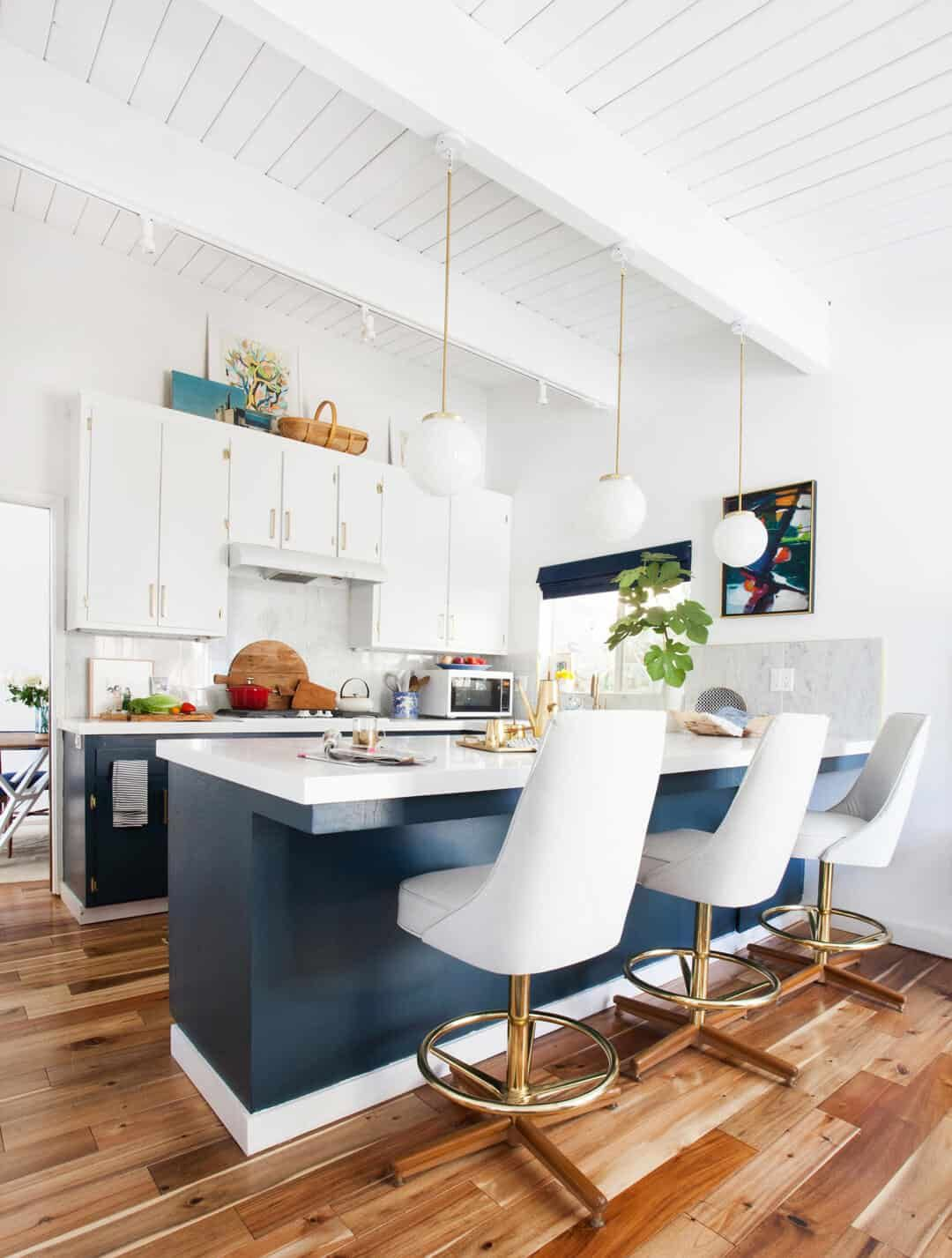 How to Decorate Above Kitchen Cabinets - 20 Ideas in ...