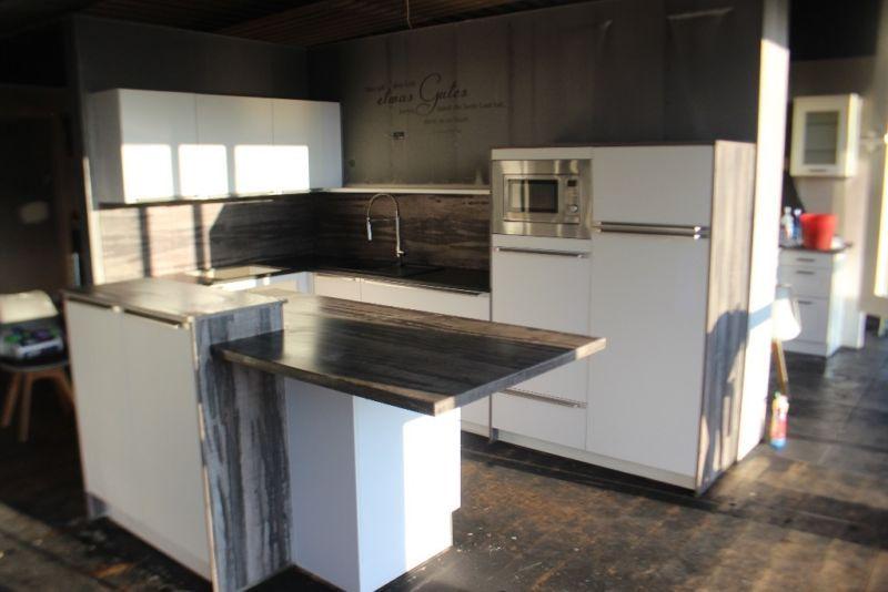 Das ist eine Küche aus einem Rauchschaden Die Küche ist komplett mit