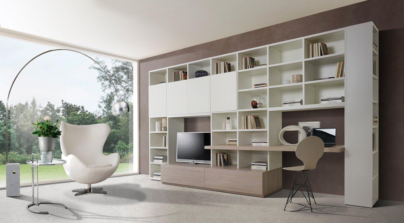 Angolo studio in soggiorno: integrato nella libreria o in un