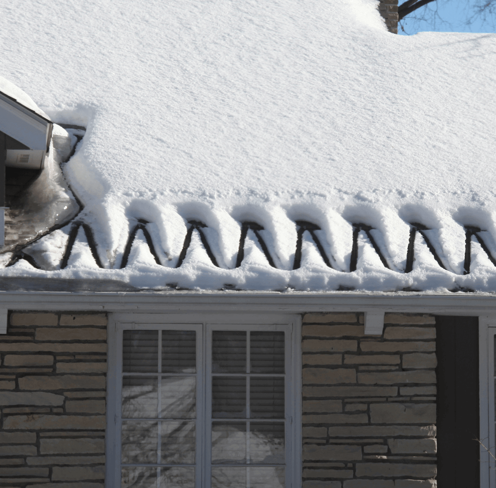 How To Fight Ice Damming Perfectly Clear Roof Deicing Calorique Ice Dams Image House Roofing