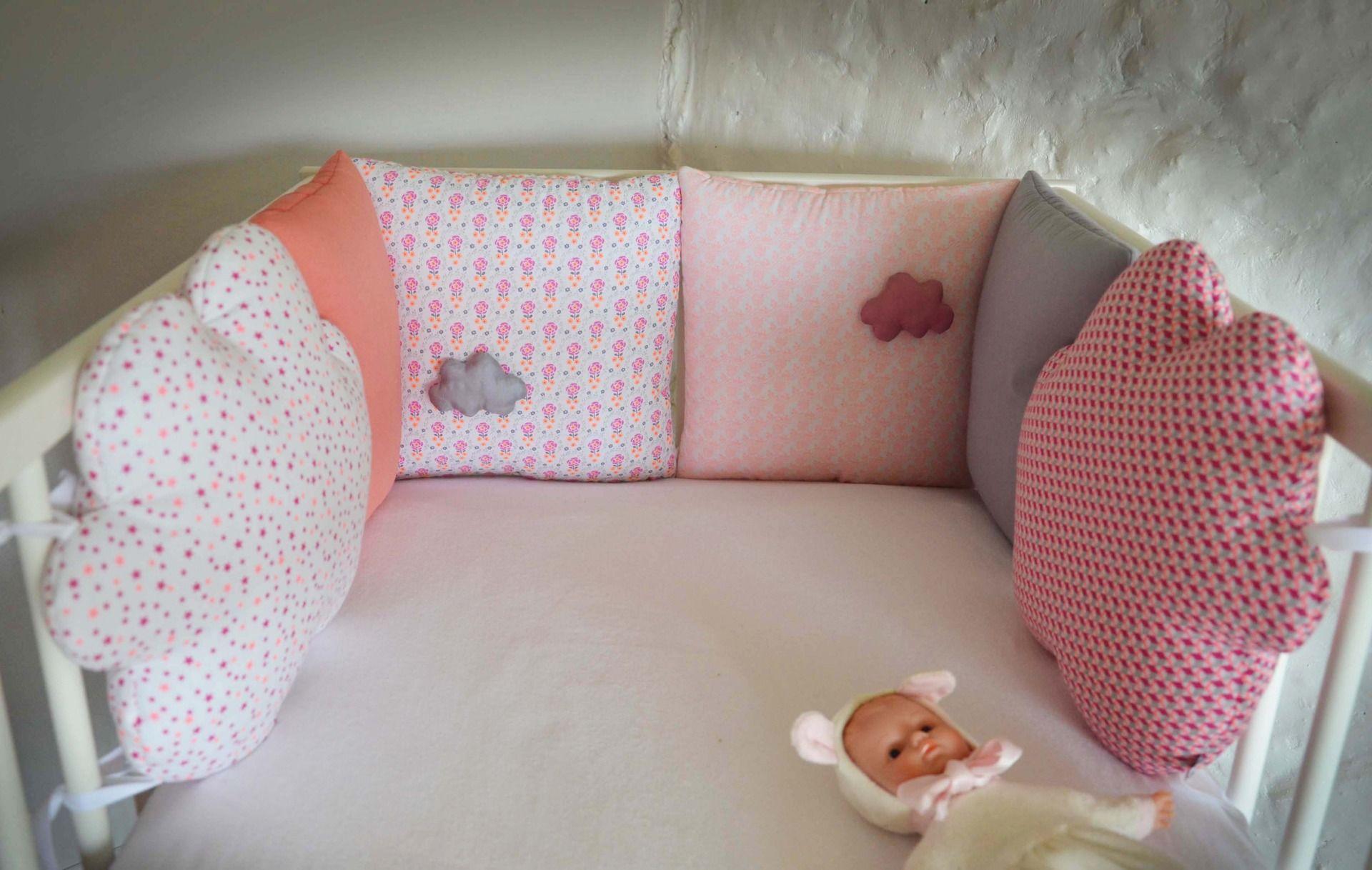 Tour de lit bébé \'Du vent dans les nuages\' - Blanc, rose corail ...