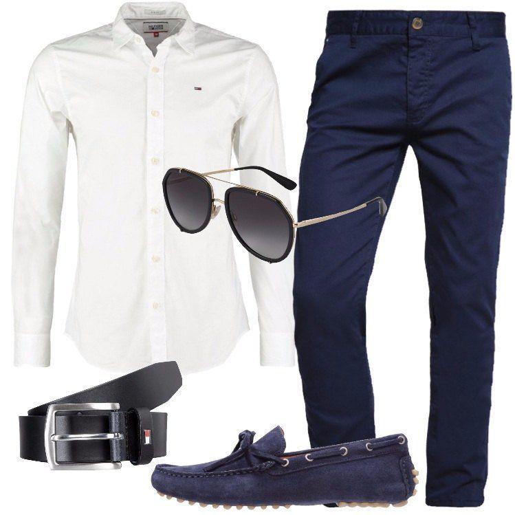 5628f8bee1 L'outfit è composto da una camicia bianca, un pantalone blu scuro ...