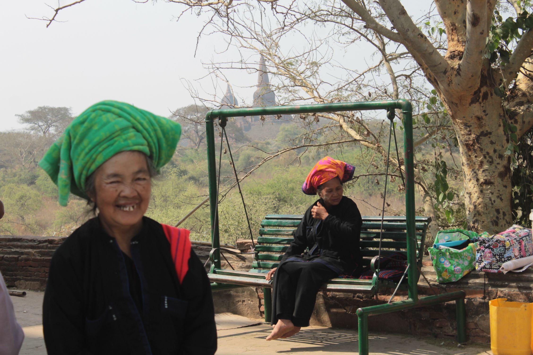 Mujeres en Bagan con su tocado-toalla