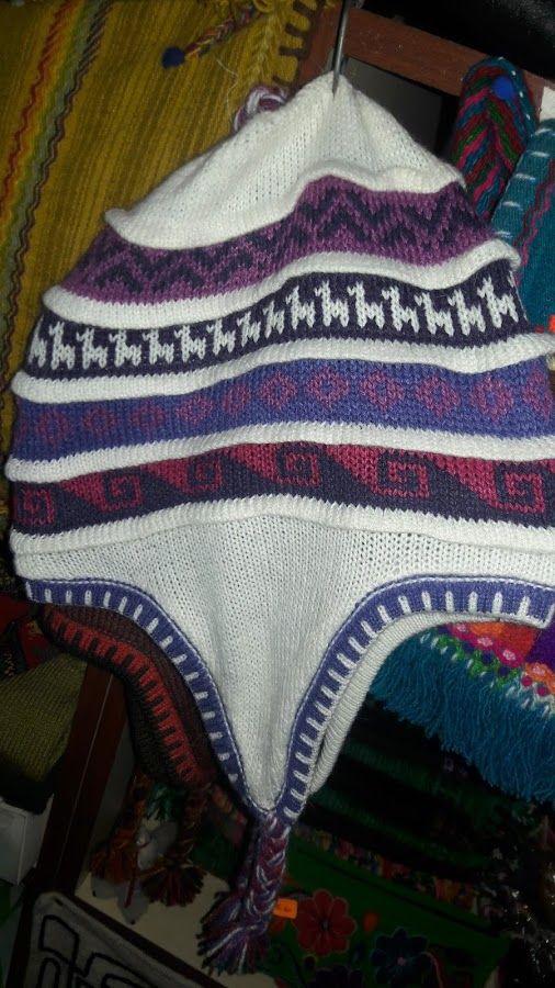 Chullo peruano, artesanía Peruana en Miraflores gorros tejidos para niños y adultos con orejeras para el frío, regalo original y divertido para los amantes de los deportes de invierno. https://www.facebook.com/KuzkaPeruvianHandicrafts