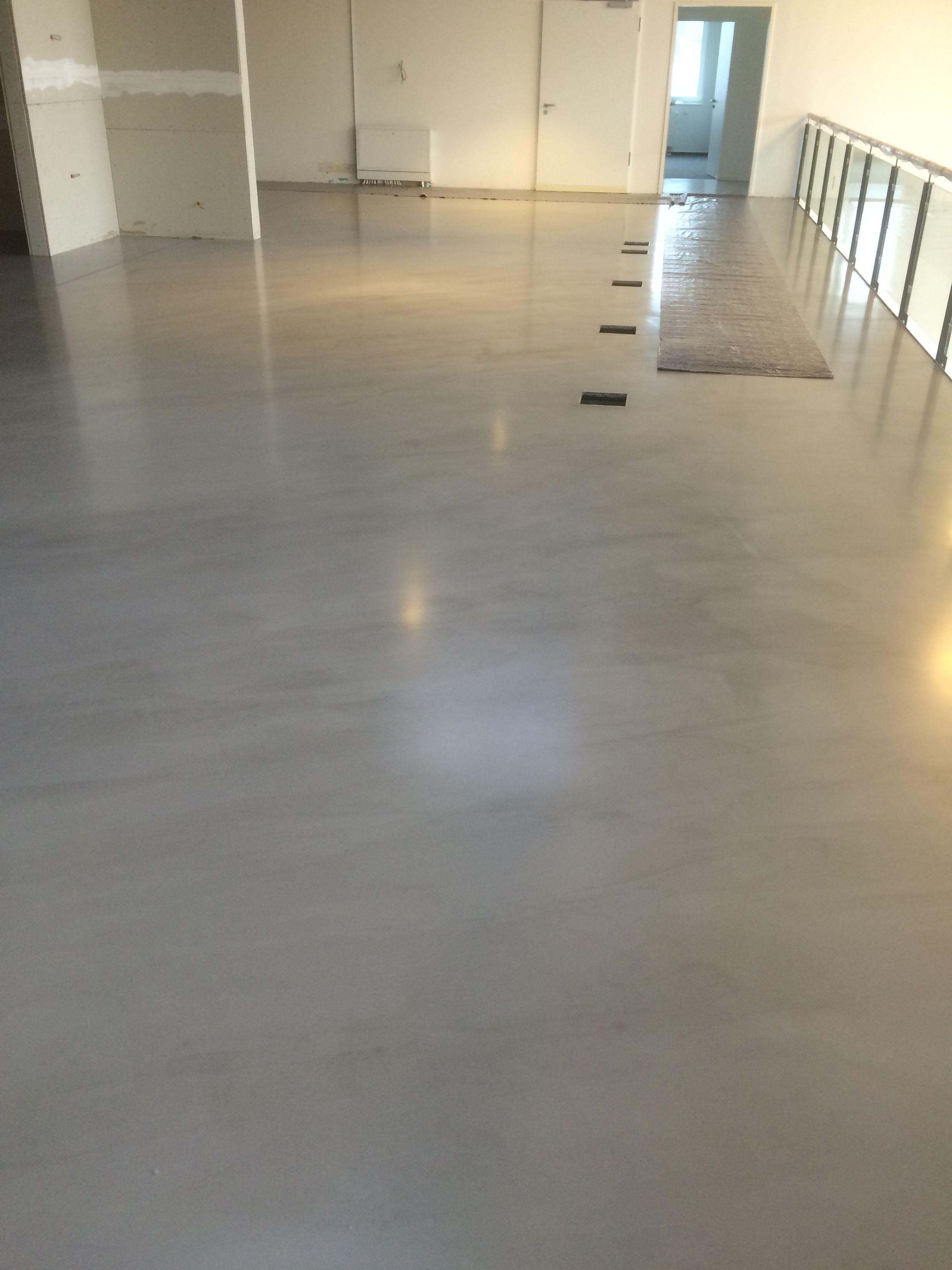 Fugenloser Boden Auf 1000m2 Bei Der Wiedemanngruppe In Hannover Ausstellungsflache Fur Hochwertige Bader Fugenloser Boden Fussboden Dekorativer Beton