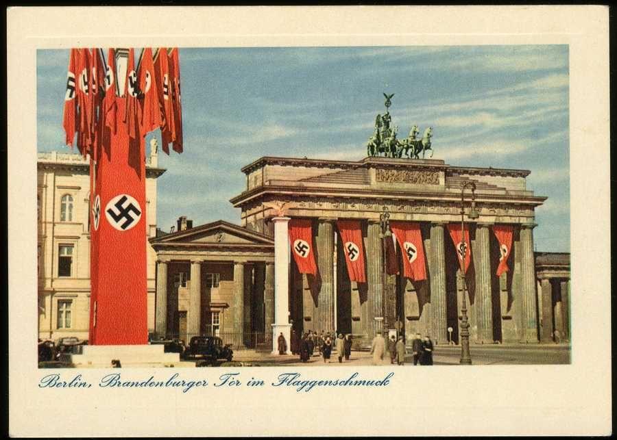 65f8146784de2a Berlin unterm Hakenkreuz  mehrfarbige Propagandakarte mit Brandenburger Tor  im Hakenkreuz-Schmuck