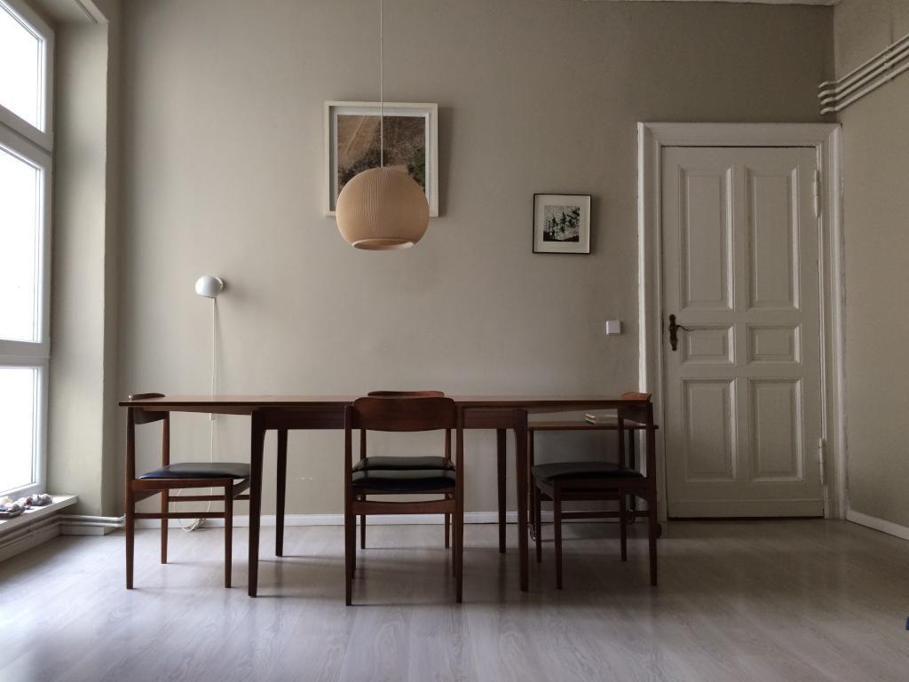 Minimalitisch Eingerichtet: Großes Esszimmer In Grau Mit Braunen Möbeln # Esszimmer #Berlin #Holz
