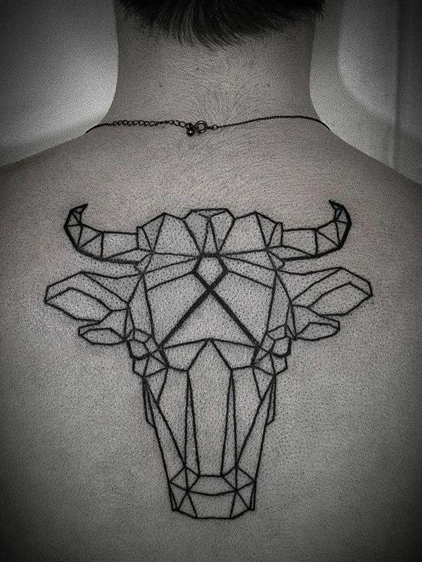 Tattoo géométrique tête de taureau sur le dos