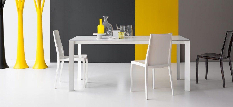 Kime è un tavolo allungabile con gambe in metallo verniciato bianco