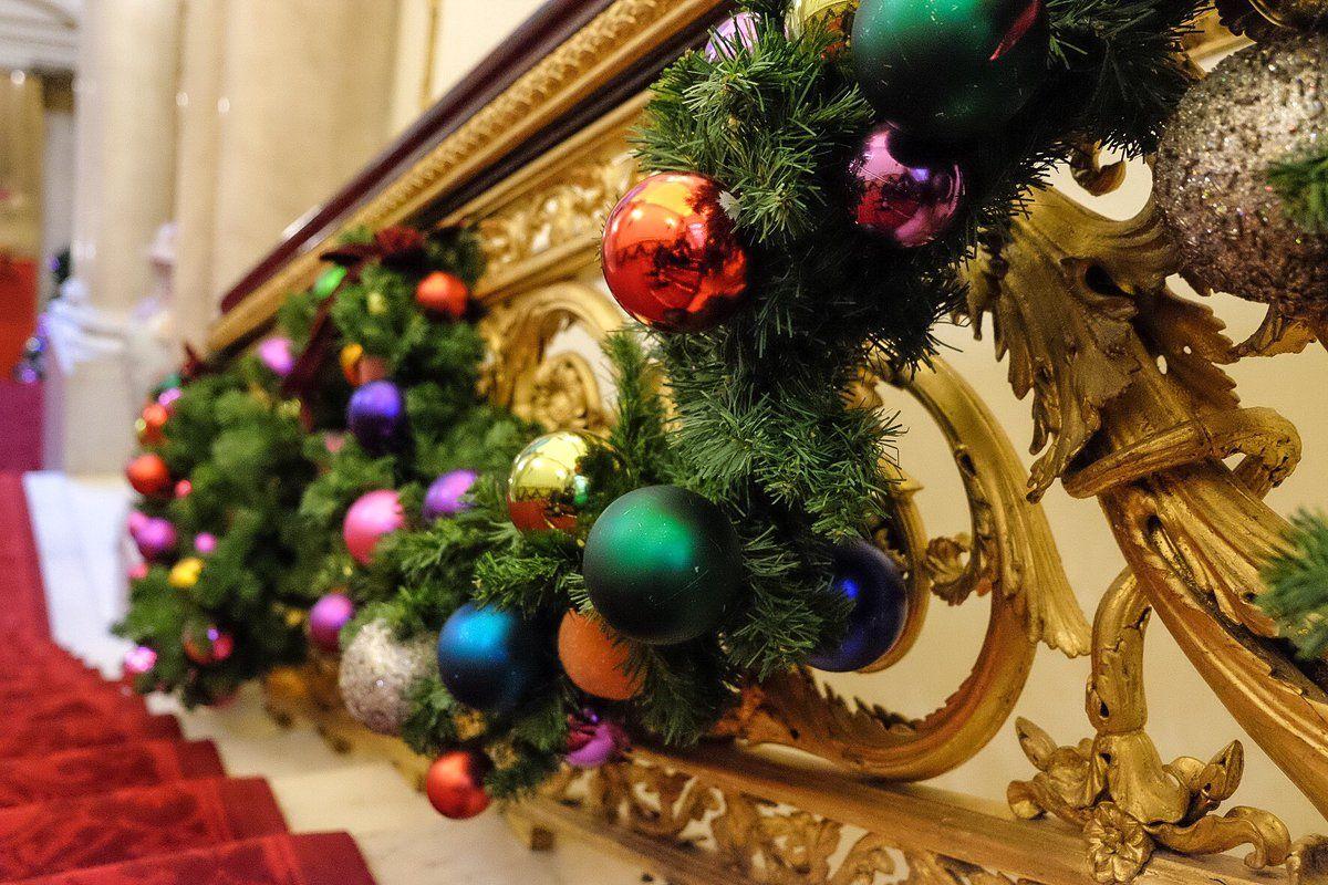 Heres How Buckingham Palace Does Christmas Decorations forecasting