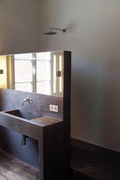 bathroom: shower space behind wash stand