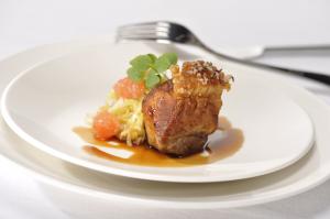 Bayerische Sommerküche : Bayerische küche: knusprige schweineschulter mit kraut und