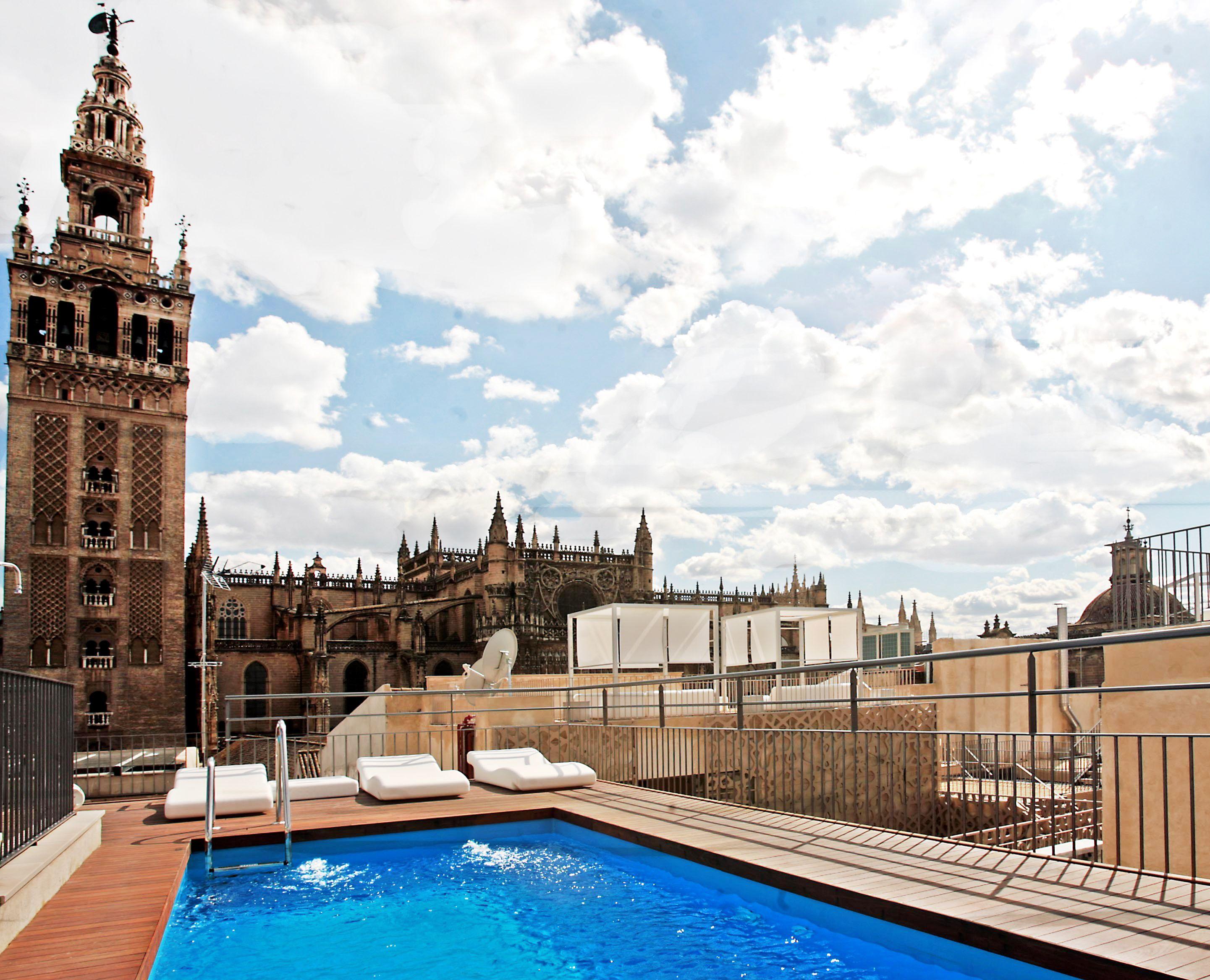 La Terraza De Eme Catedral Hotel Sevilla Con Piscina Y Cinco Niveles De Altura Y Las Mejores Vistas Panoramicas De La Ciudad Hotel Sevilla Terraza Catedral