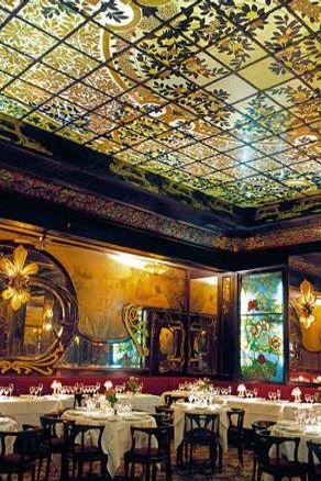 maxim srêvez au magnifique décor art nouveau en écoutant les murs