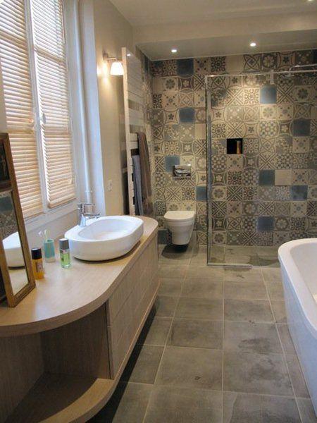 La salle de bains de la chambre principale est personnalisée par un