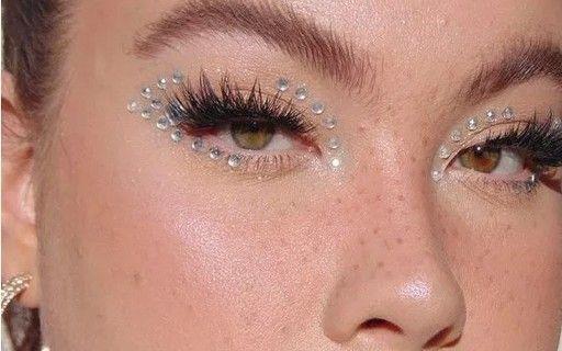 Photo of Maquiagem com glitter prata é o truque de beleza queridinho do Carnaval; inspire-se!