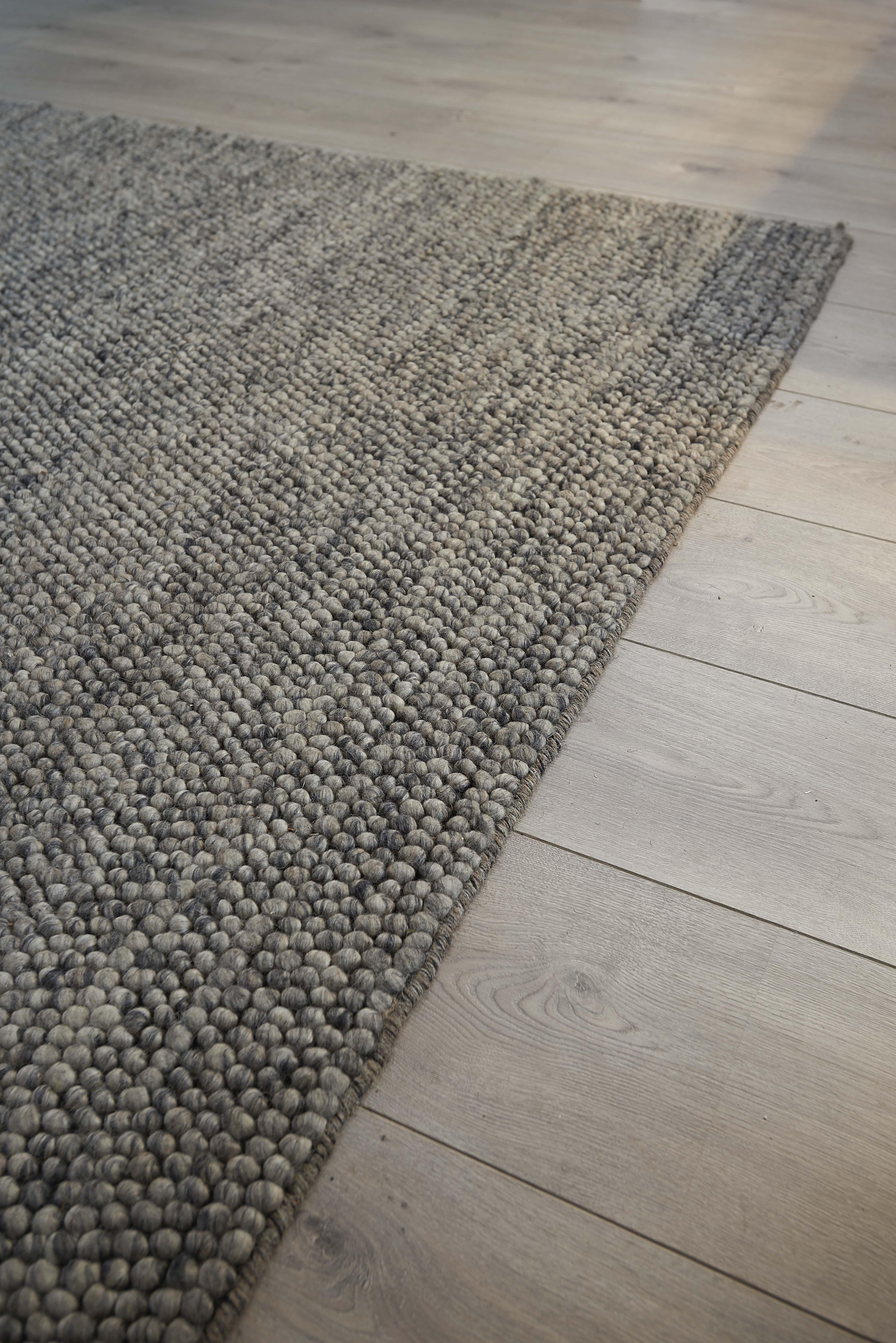 58ef3b8099426a Het wollen vloerkleed  Niagara  van Kwantum bestaat uit grijze elementen. Het  kleed met