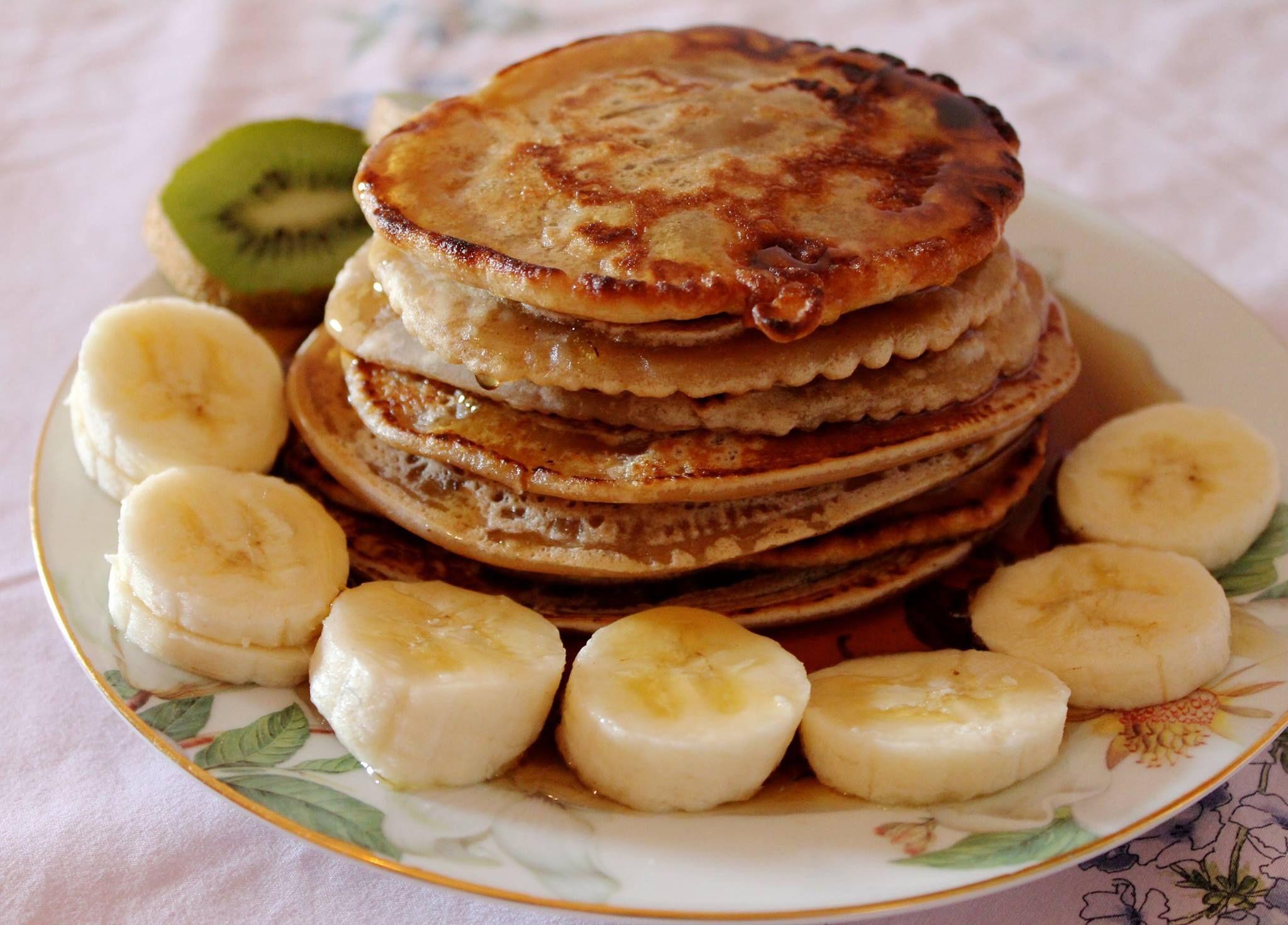 10 pancakes vegan : 1 tasse de n'importe quelle farine 1 tasse de farine de pois chiches 2 tasses d'eau 1 cuillère à soupe de sucre 1 cc de vanille 1 pincée de cannelle Mélanger farines + eau jusqu'à obtenir une consistance homogène. Ajouter sucre + vanille + cannelle et remuer. Couvrir et laisser reposer une nuit à température ambiante. Le lendemain graissez votre poêle et faire cuire sur feu moyen jusqu'au doré, en tournant une fois.