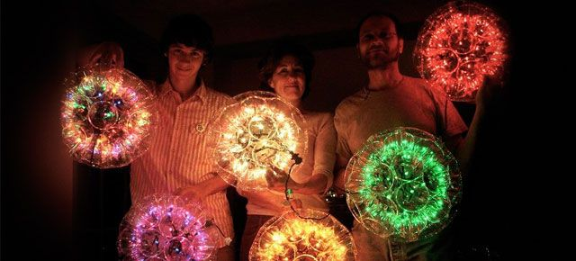 If you still don't have your Christmas decorations up and you want them to be something special and original that you can make yourself, here's a project for you. The sparkleball is basically made out of transparent plastic cups and Christmas lights.