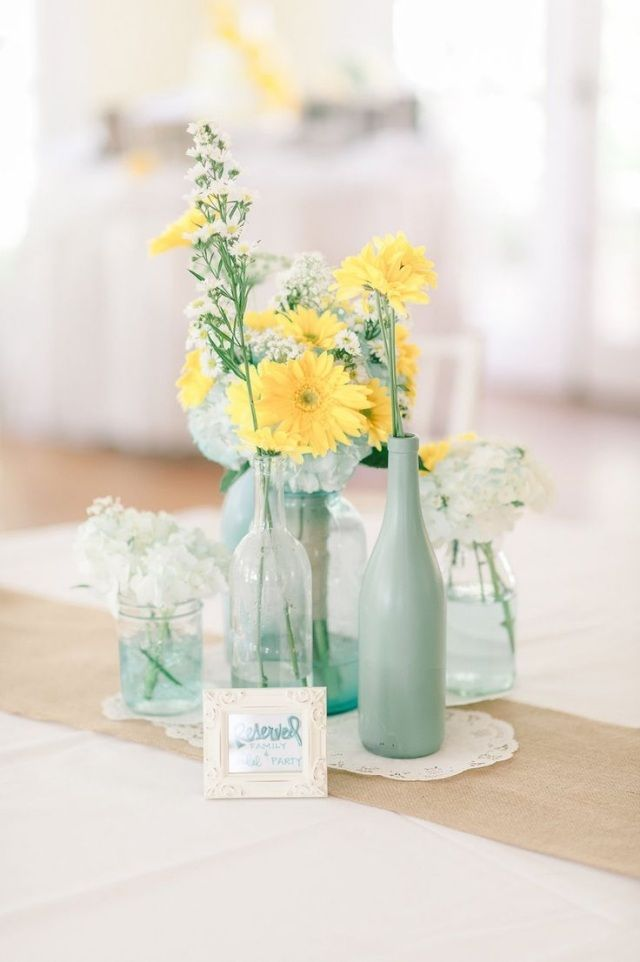 hochzeit fr hling tischdeko mintgr ne vassen gelbe gerbera blumen farbpalette pinterest. Black Bedroom Furniture Sets. Home Design Ideas