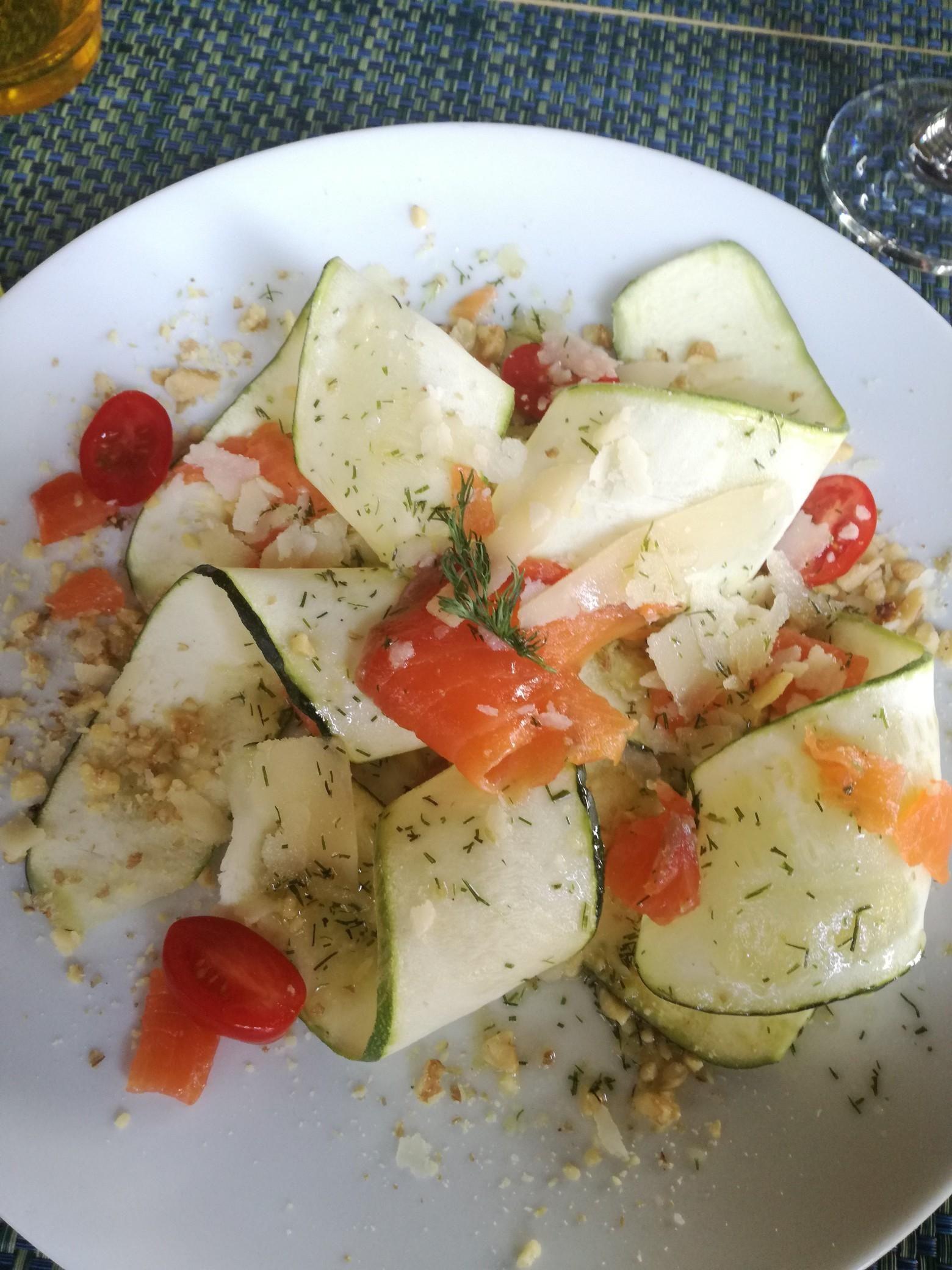 Almuerzo Ensalada De Calabacín Salmón Tomates Cherry Parmesano Y Frutos Secos Triturados Recetas Ensalada De Calabacín Recetas Deliciosas Recetas De Cocina