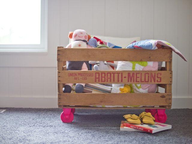 spielzeugkasten kinderzimmer alte holzkiste rollen rosa farbe, Hause deko