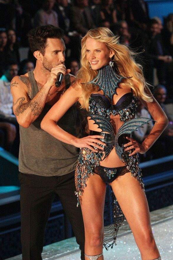 Adam Levine Victorias Secret Fashion Show Their Kiss On The