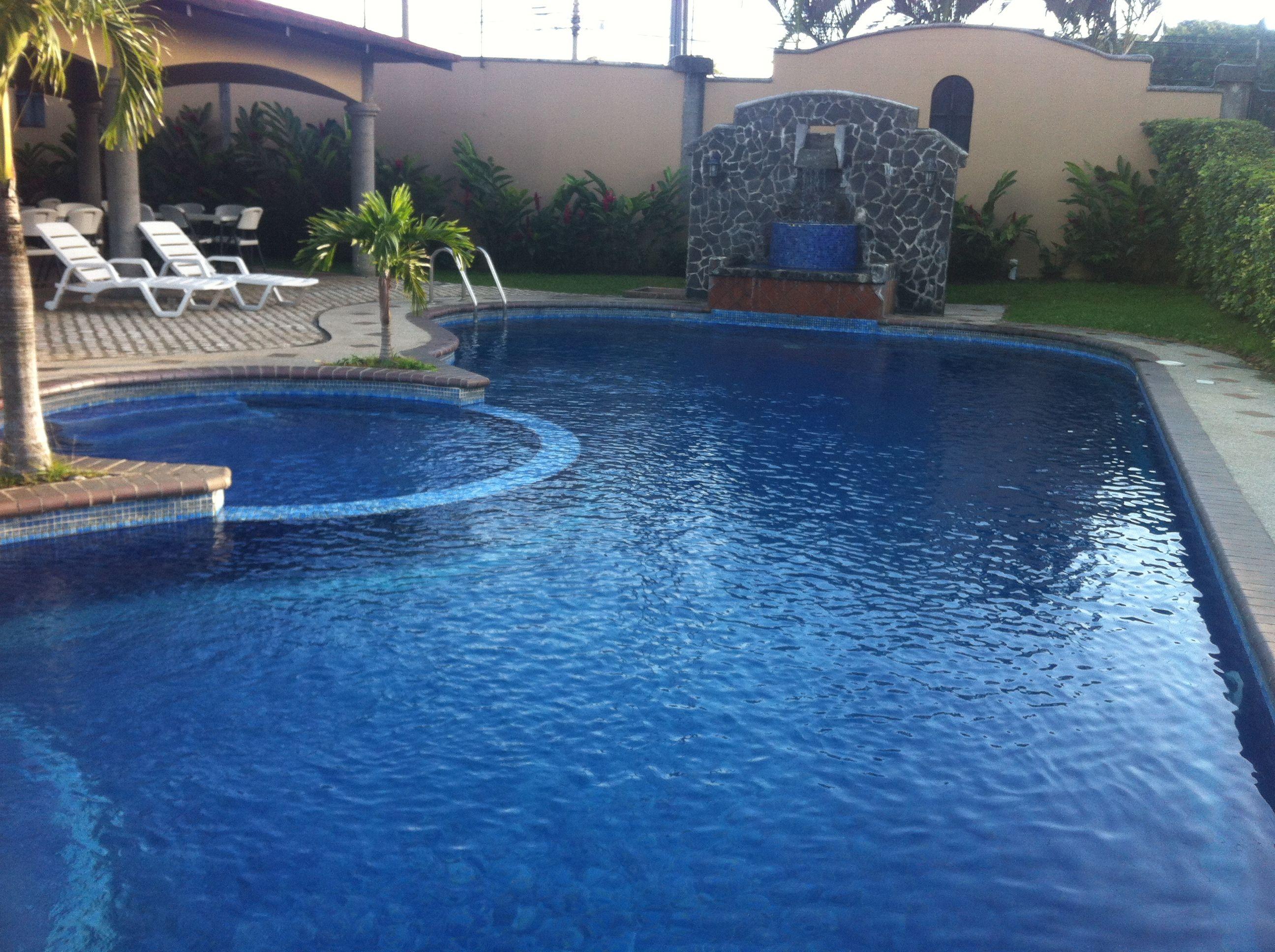 Quieres una piscina con fuente solicita una cotizaci n for Fotos de piscinas modernas en puerto rico