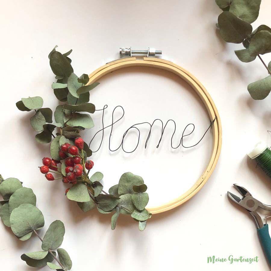 Ein natürlich geschmückter Stickrahmen mit Eukalyptus, Perlhagebutten und eine…,  #adventsk…