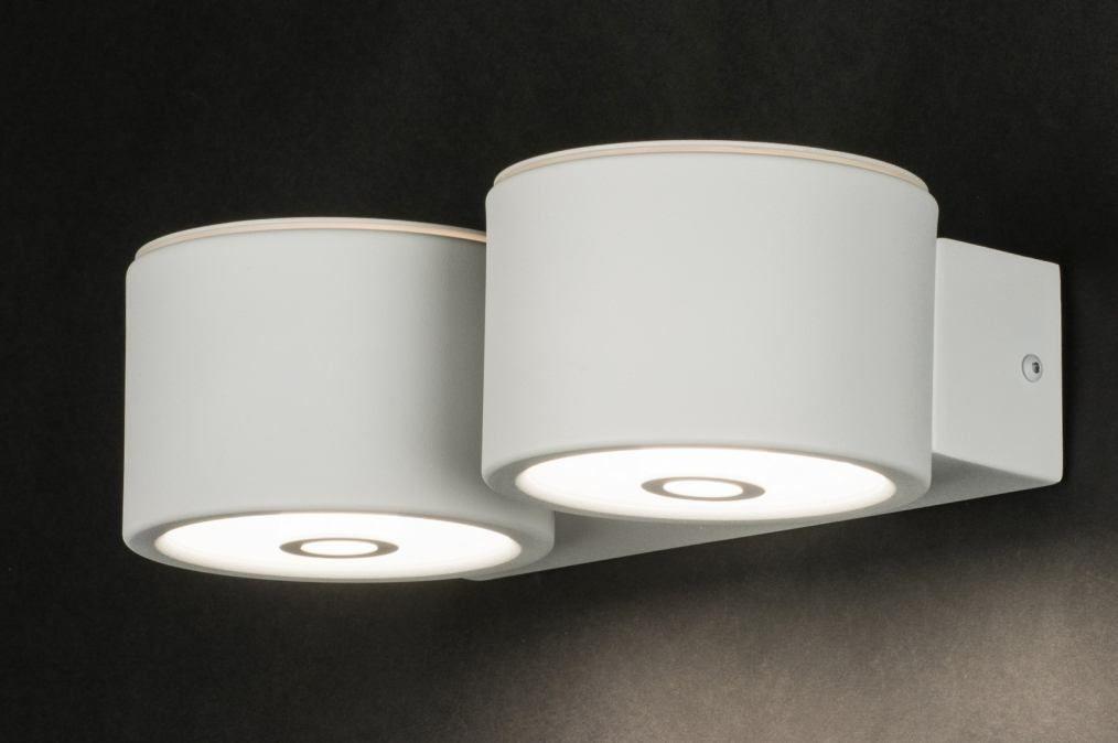 art 10914 Deze fraaie wandlamp is voorzien van twee identieke lampen. Elke lamp is voorzien van een G9 aansluiting geschikt voor led. Het armatuur is strak maar ook zeker elegant en sfeervol te noemen. http://www.rietveldlicht.nl/artikel/wandlamp-10914-modern-wit-mat-metaal-rond