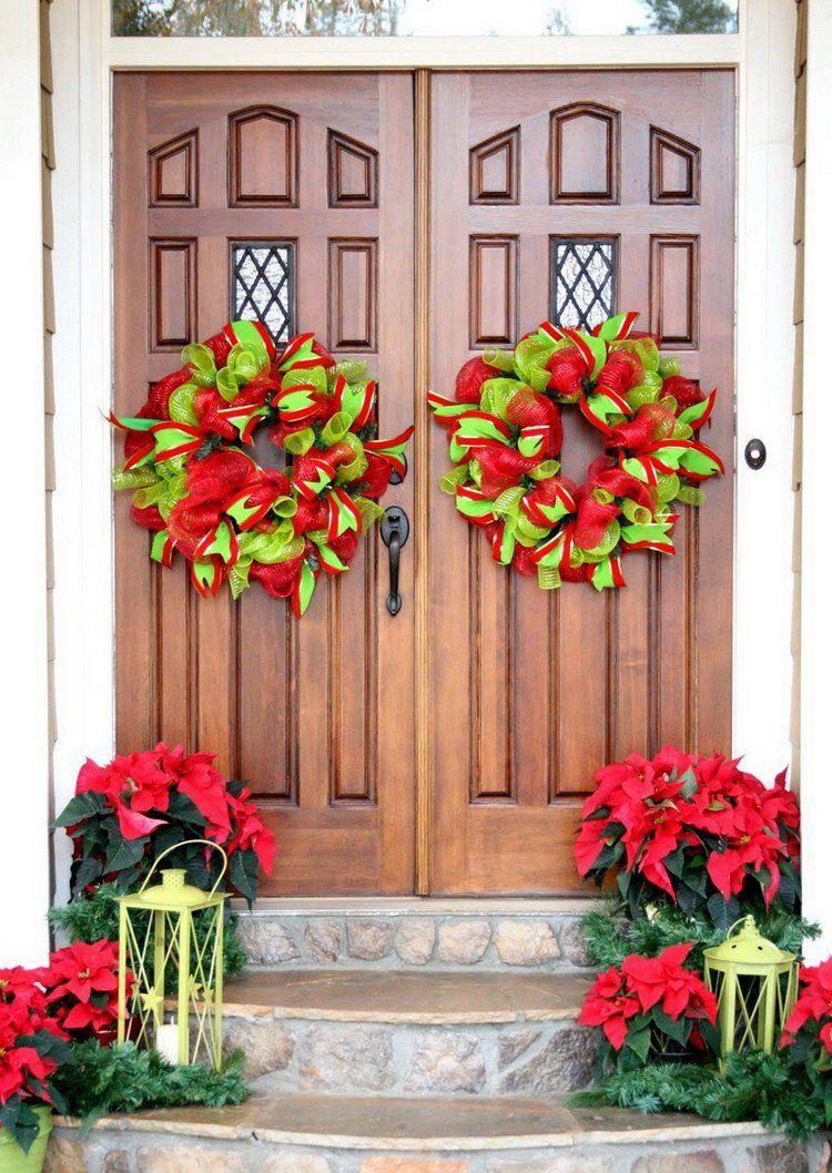 décoration Noël pour la porte d\'entrée avec couronnes composées de ...