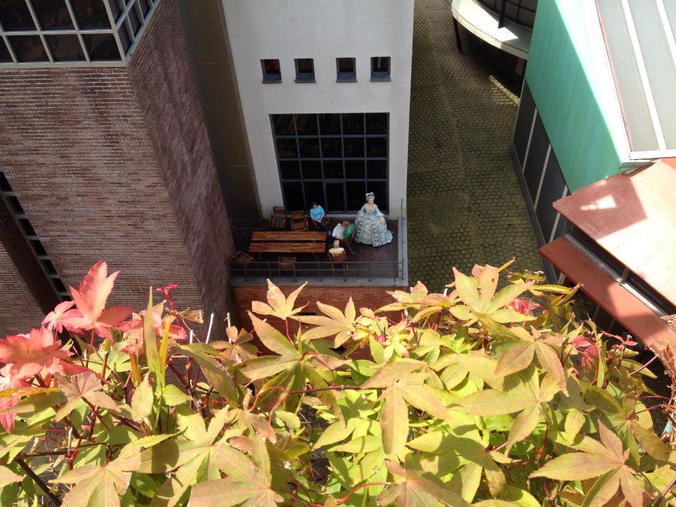 MA op een klein Amsterdams balkonnetje