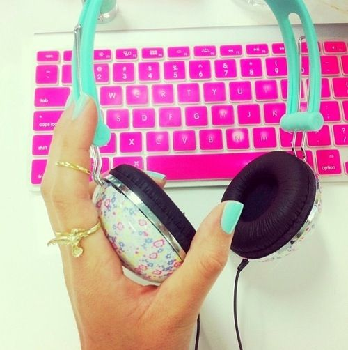 Colourful headphones, colorful nails... Yip. This is how you get stuff done at the office ;)
