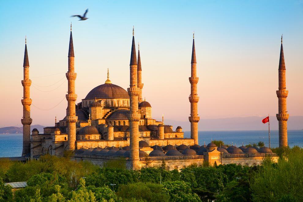 ultana donde las haya, Estambul no será la capital turca, pero sin duda es la gran joya de este país bellísimo y hospitalario, amén de la única ciudad del planeta aposentada sobre dos continentes. Sus bellezas se esparcen a una y a otra orillas del Bósforo y el Cuerno de Oro, y entre su horizonte, jalonado de alminares, brillan con luz propia Santa Sofía y sus mezquitas más elegantes de Sultanahmet, Süleymaniye, Nuruosmaniye, Eyüp…