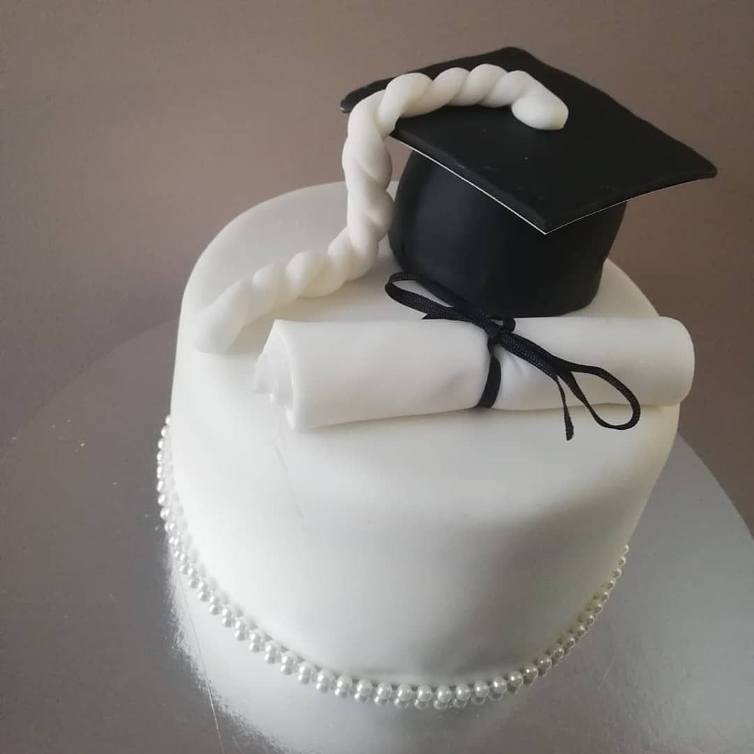 Graduation themed cake in vanila sponge and vanila buttercream  First attempt 🙊