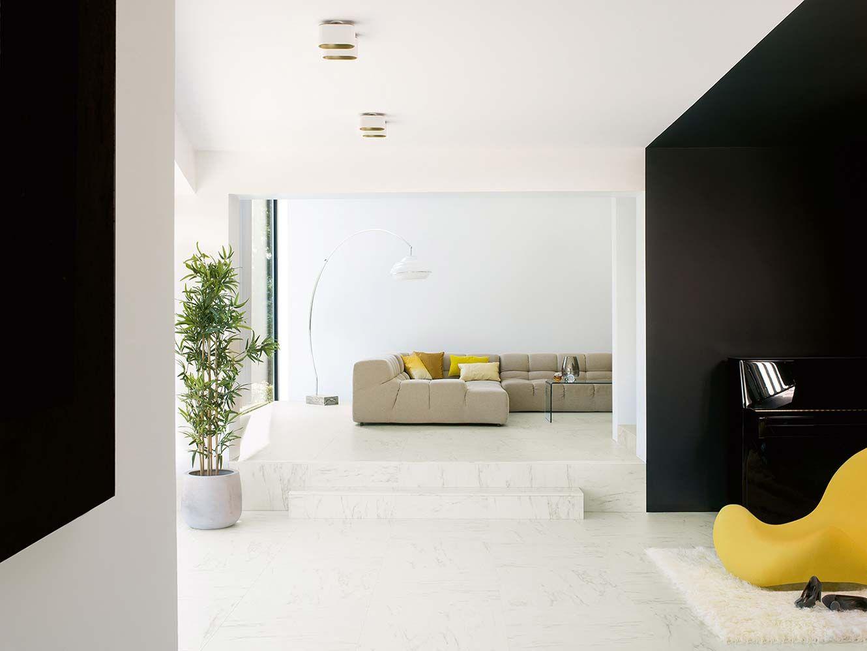 Le stratifié peut tout imiter, même le marbre ! Un effet très réaliste nommé Marble Carrara, disponible sous forme de grandes dalles carrées. Il résiste aux griffes, aux éclaboussures et aux coups, mais se distingue également par sa facilité d'entretien et de pose, grâce à son système d'encliquetage Uniclic. Un sol qui s'accorde avec tous les matériaux. ©Quick-Step