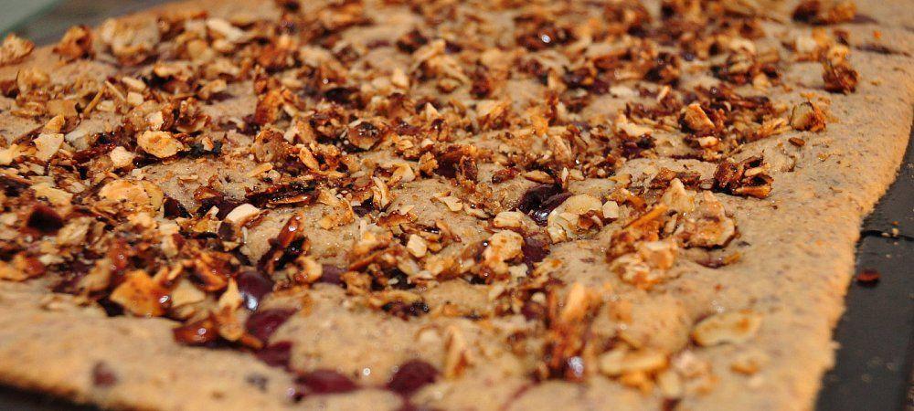 Die Blech-Variante des schokoladigen Kirschkuchen mit Nüssen: In der Fettpfanne gebacken, mit karamellisierten Haselnüssen bestreut. - © Julia Gesemann #backen #backing #kuchen