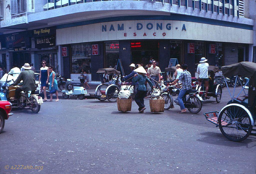 https://flic.kr/p/pPVoqD | SAIGON 1969 - Ngã ba Nguyễn Huệ - Nguyễn Thiệp. Photo by Wayne Trucke | source: www.photo.a227ahb.org/Coppermine/thumbnails.php?album=36&...